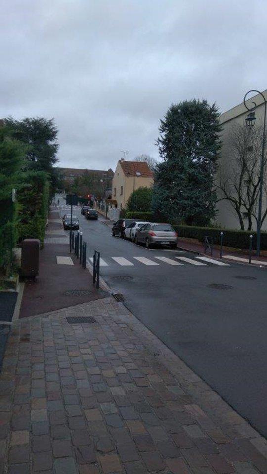 La montée depuis le centre commercial vers l'avenue Maréchal Foch : l'automobiliste est tenté d'accélérer pour passer au feu.