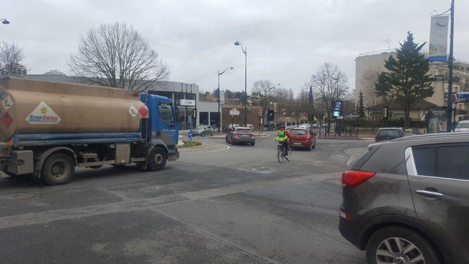 Une rupture urbaine imprenable à vélo faute de sécurisation : le rond-point avenue de la Résistance.