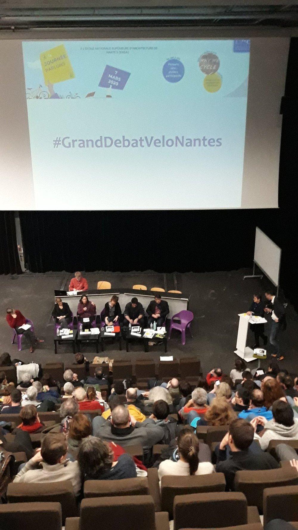 Le grand débat vélo de Place Au Vélo Nantes avec 6 candidats et, à gauche, l'économiste et urbaniste Frédéric Héran (Photo: PAV Nantes).