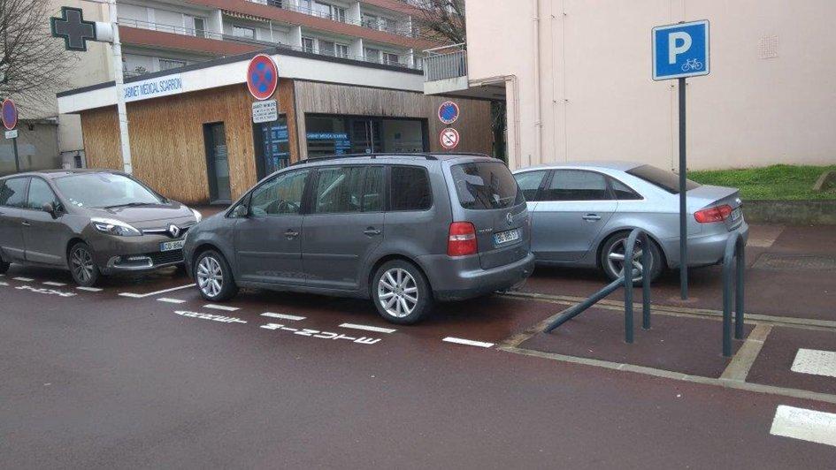 Le stationnement sauvage sur le trottoir est toujours légion, toléré voire encouragé par l'abaissement de la hauteur des trottoirs, et les automobilistes circulent sur les espaces réservés aux piétons pour se croiser, ou se garer.