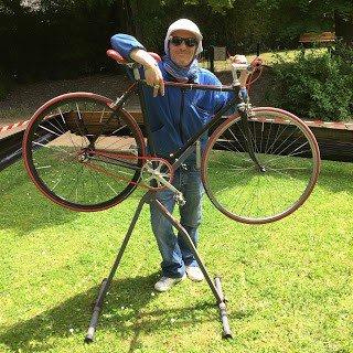 Guillaume Courtieux devant le vélo qu'il a créé pour son fils à partir de vieux vélos.