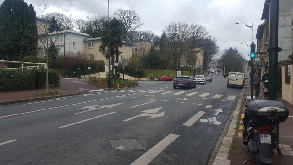 Le carrefour Av. de la Résistance: aucune protection pour le vélo. Qui a envie de se mélanger à trois files de voitures pour tourner à gauche? Notez aussi la voiture garée sur la bande cyclable...