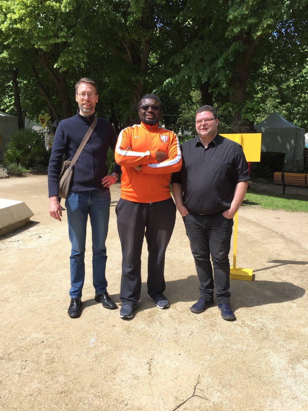 """Le Directeur Yann Peire (à droite): """"Apprendre à conduire un vélo, c'est apprendre aussi à se conduire"""". Au milieu: Nzeza Yoly, l'éducateur de rue sur Sceaux et Fontenay-aux-Roses. A gauche: Stein van Oosteren, Président de FARàVélo."""