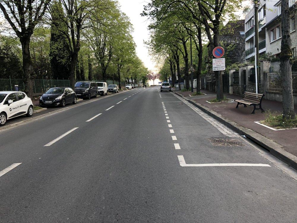 L'avenue Dolivet : une route départementale large et très fréquentée, où une piste cyclable est nécessaire.