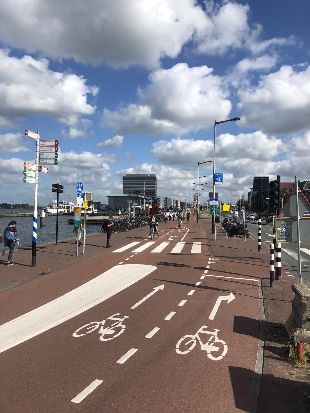 Amsterdam : si on conçoit le réseau cyclable comme le réseau routier pour les voitures, il devient automatiquement un réseau efficace et attractif pour tous.